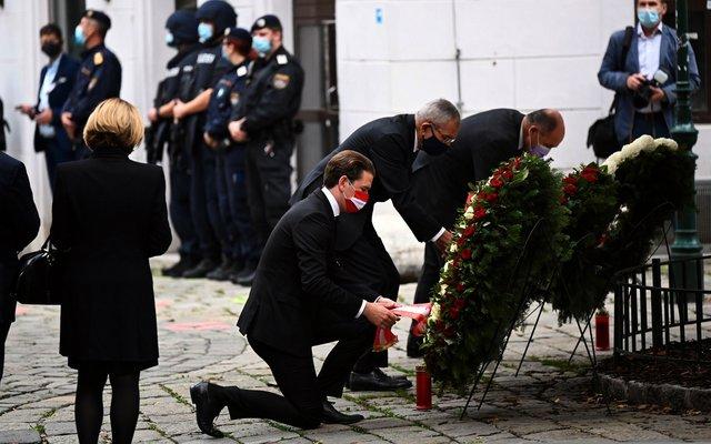 Politikerinnen und Politiker haben am Dienstag in der Wiener Innenstadt einen Kranz niedergelegt – als Zeichen der Trauer und Anteilnahme.