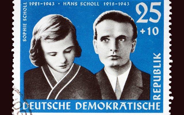 Diese Briefmarke aus Deutschland zeigt die Geschwister Sophie und Hans Scholl.