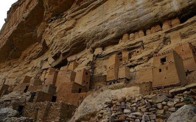 Die Häuser, Vorratsbauten und Stallungen der Dogon wurden wie Vogelnester in die Felsen gebaut.