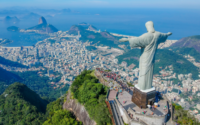Christus der Erlöser breitet seine Arme schützend über der Stadt Rio de Janeiro aus.