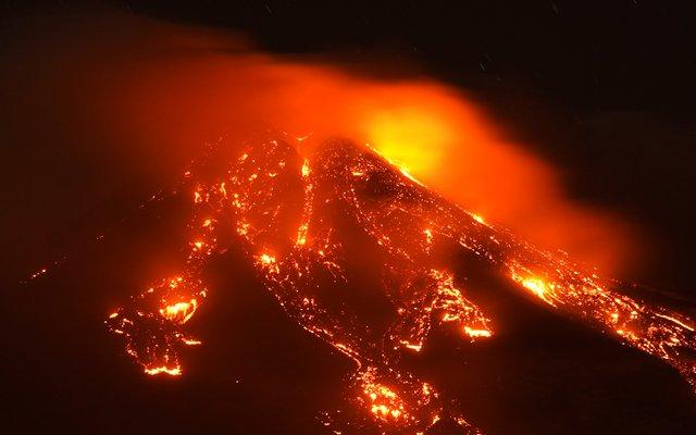 Der Ätna ist mit rund 3352 Metern über dem Meeresspiegel der höchste aktive Vulkan Europas. Er liegt auf der italienischen Insel Sizilien. Seit Wochen ist der Ätna sehr aktiv und spuckt Asche und Lava.