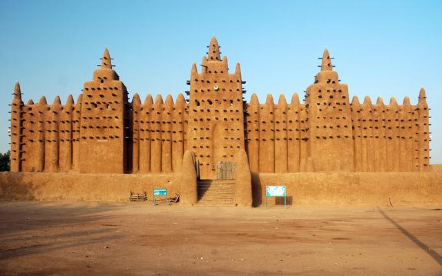 Die wunderschöne große Moschee von Djenné besteht komplett aus Lehm und zählt zu den berühmtesten Bauwerken Afrikas.